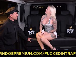 plumbed IN TRAFFIC - spunky blondes car triangle romping