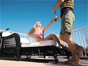 Natalia Starr enjoys vagina penetrating in the super-hot sunshine