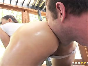 London Keyes oily smash in a gym