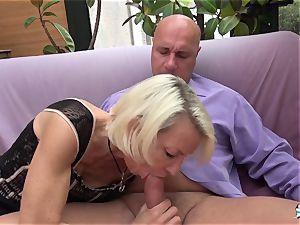 La Cochonne - French mature gets her rump crevasse gaped
